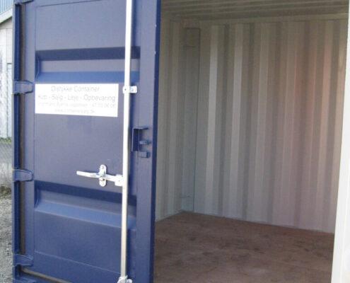 Her er en 8' container i blå du kan leje hos containersalg.dk