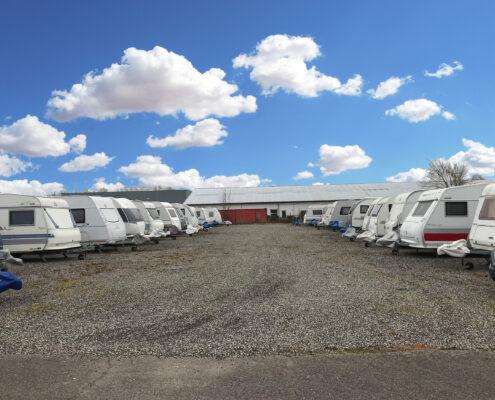 På pladsen i Ølstykke kan du leje opbevaringsplads til din campingvogn