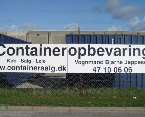 Skilt med containeropbevaring ud mod hovedvejen